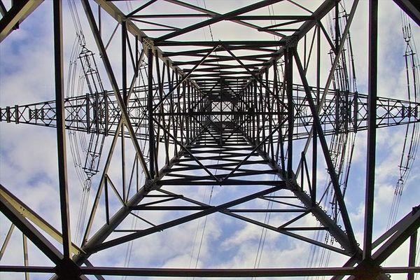 Ein Strommast bei Endingen am Kaiserstuhl