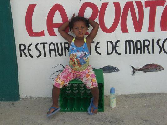 Ein süßes dominikanisches Mädchen