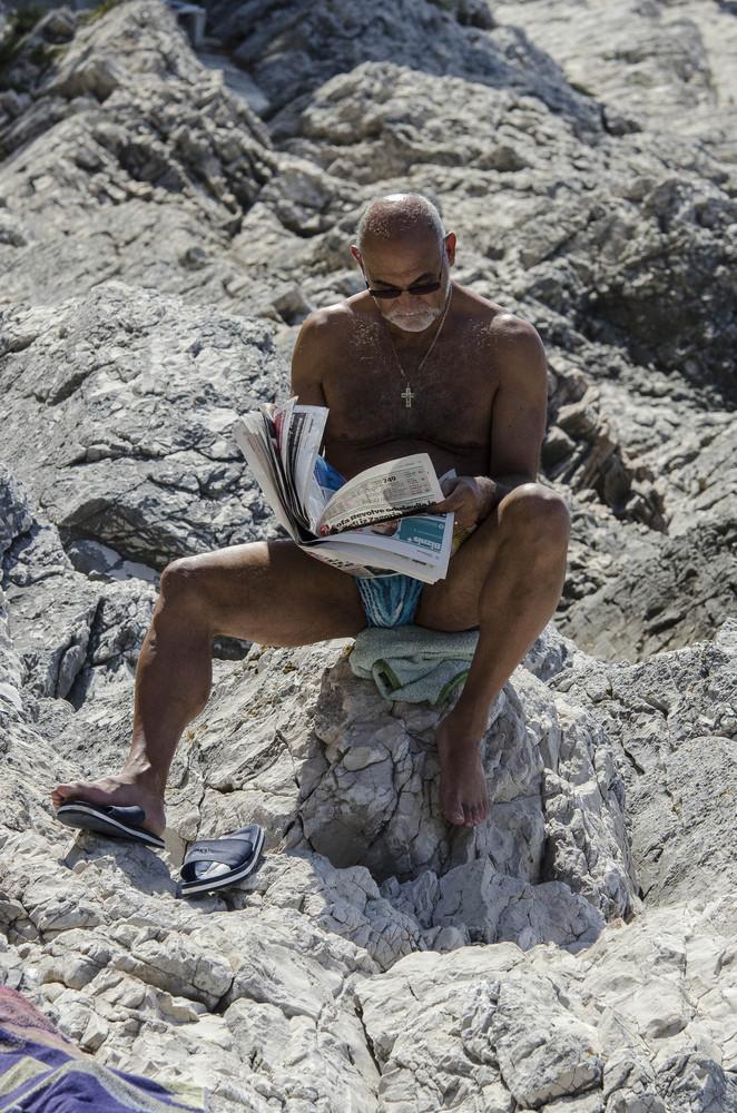 Ein Tag am Strand: Zeitungsleser