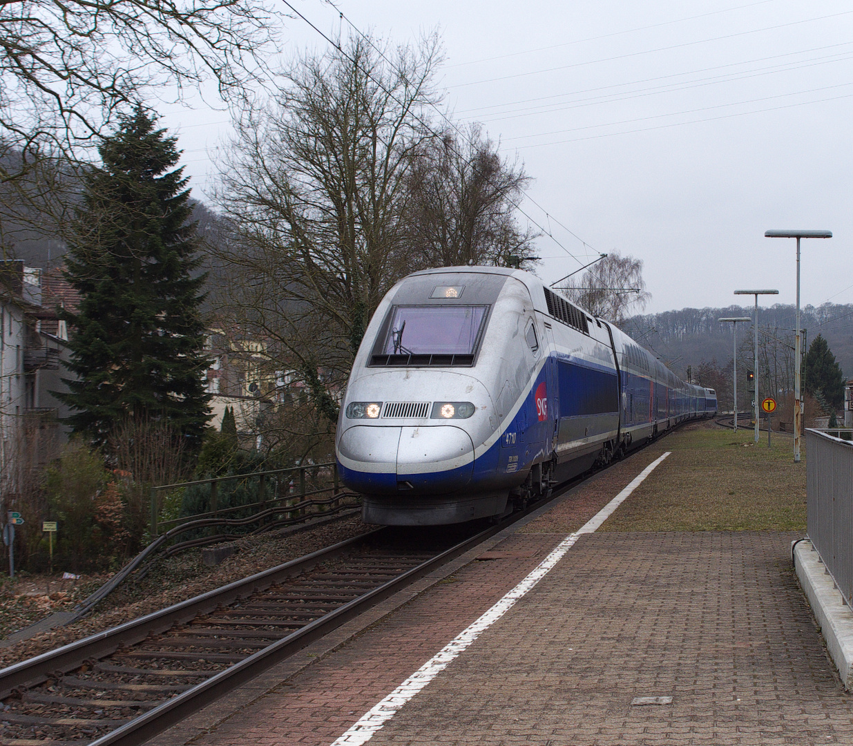 Ein TGV Duplex fährt über die Dörfer....