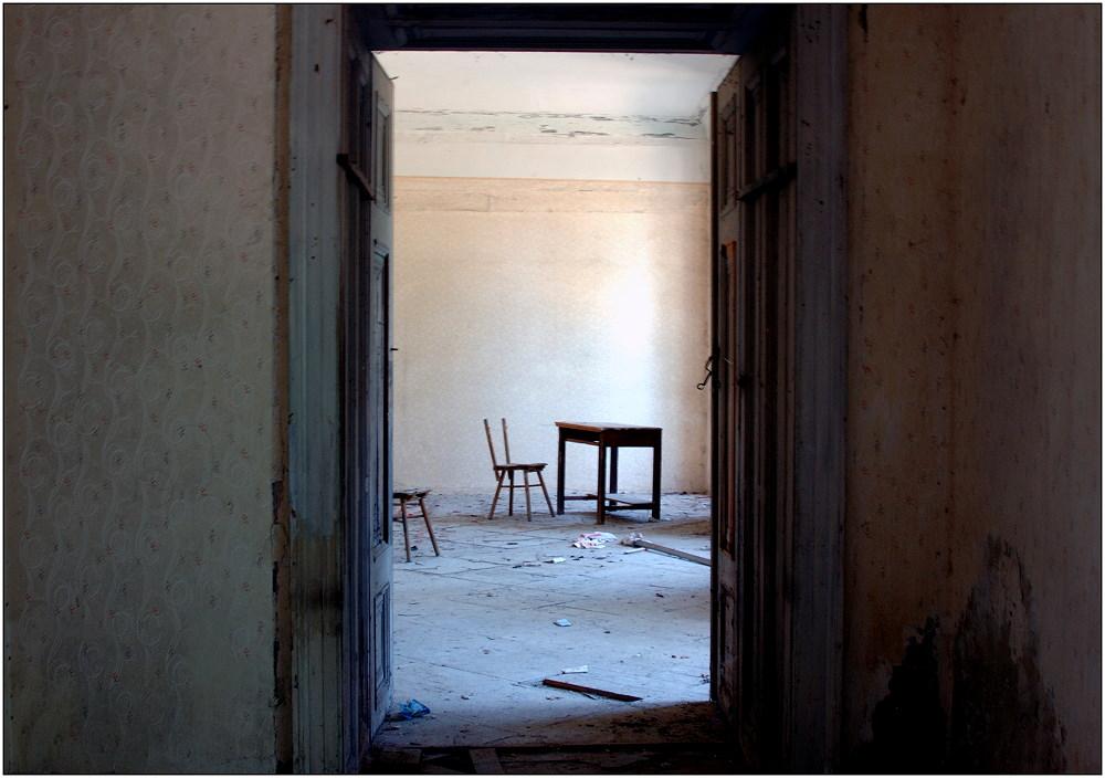 ... ein Tisch ... zwei Stühle ...