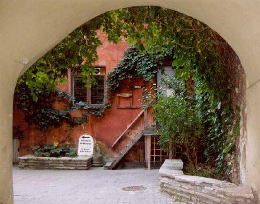 Ein Torbogen in der Altstadt von Tallinn
