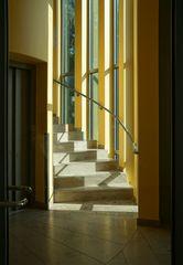 Ein Treppenaufgang im Sonnenlicht
