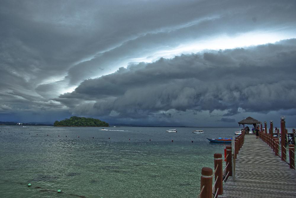 Ein tropischer Gewittersturm vor Kota Kinabalu / Borneo