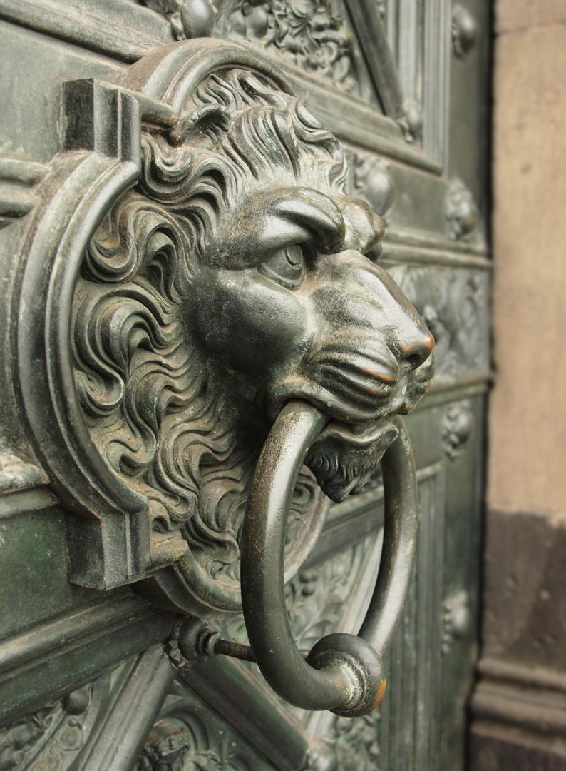Ein Türgriff am Kölner Dom