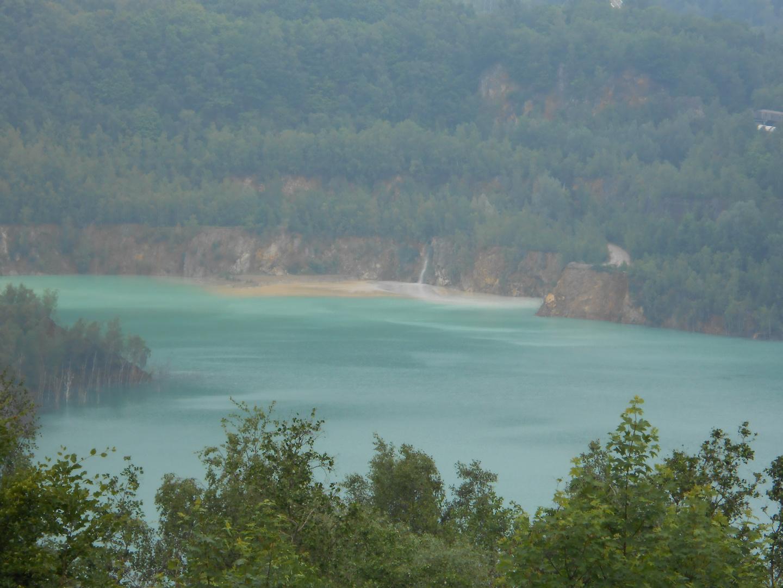 ein unberührter Strand mit Wasserfall.......