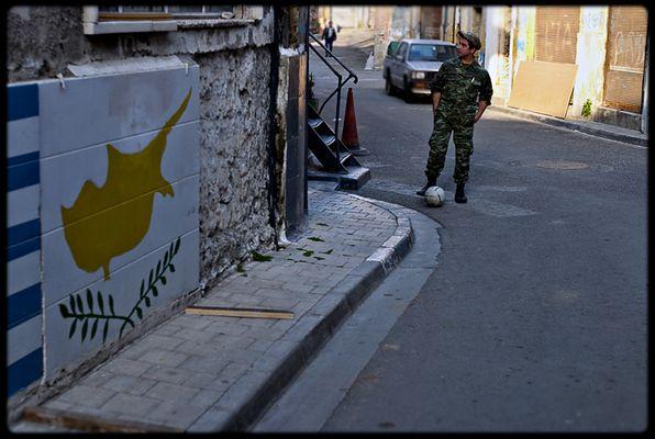 Ein UNO Soldat in Nikosia, Zypern, vertreibt sich die Zeit mit Fussball