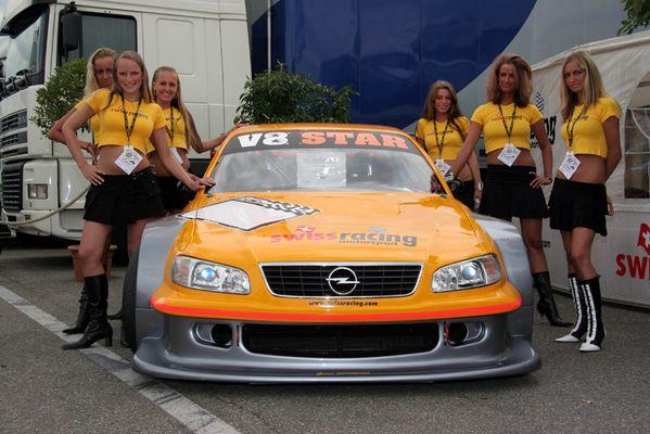 Ein V8 - Star und die Mädels.