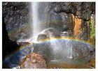 Ein Wasserfall in den Farben des Regenbogens...