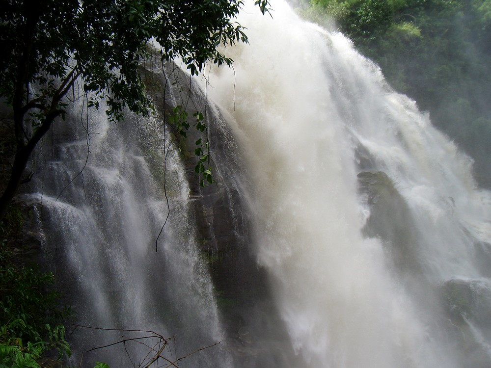 Ein Wasserfall in Thailand
