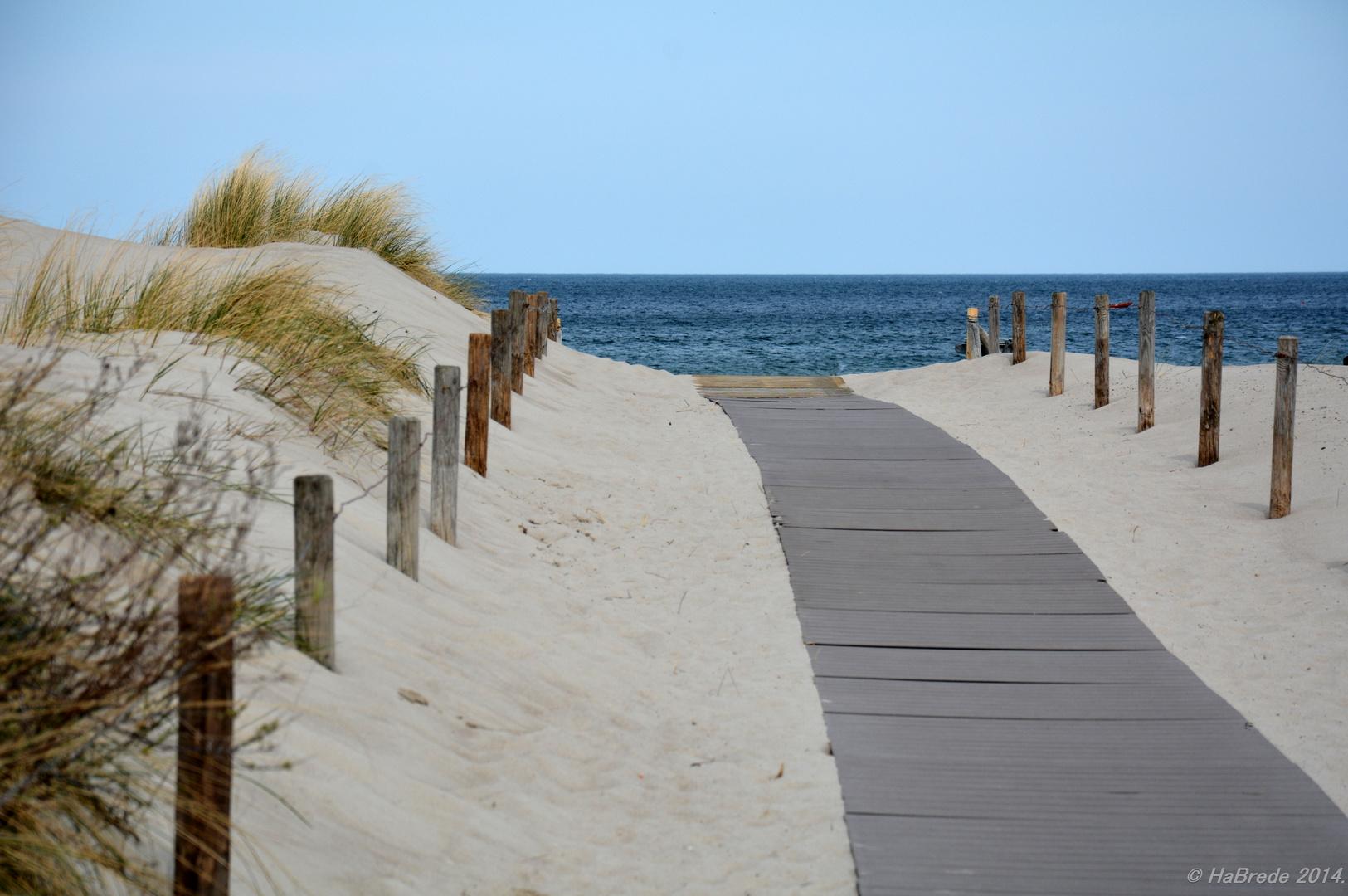 Ein Weg zum Strand von Warnemünde