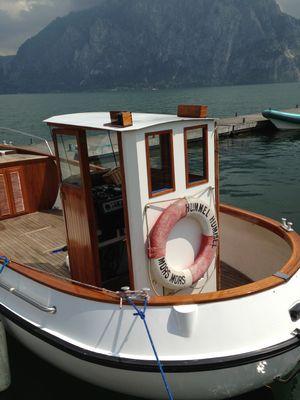 """Ein Wettfahrtleitungsboot beim """"Ruhen"""""""