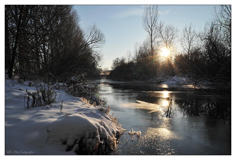 Ein winterlicher Fluß am Rande der Stadt