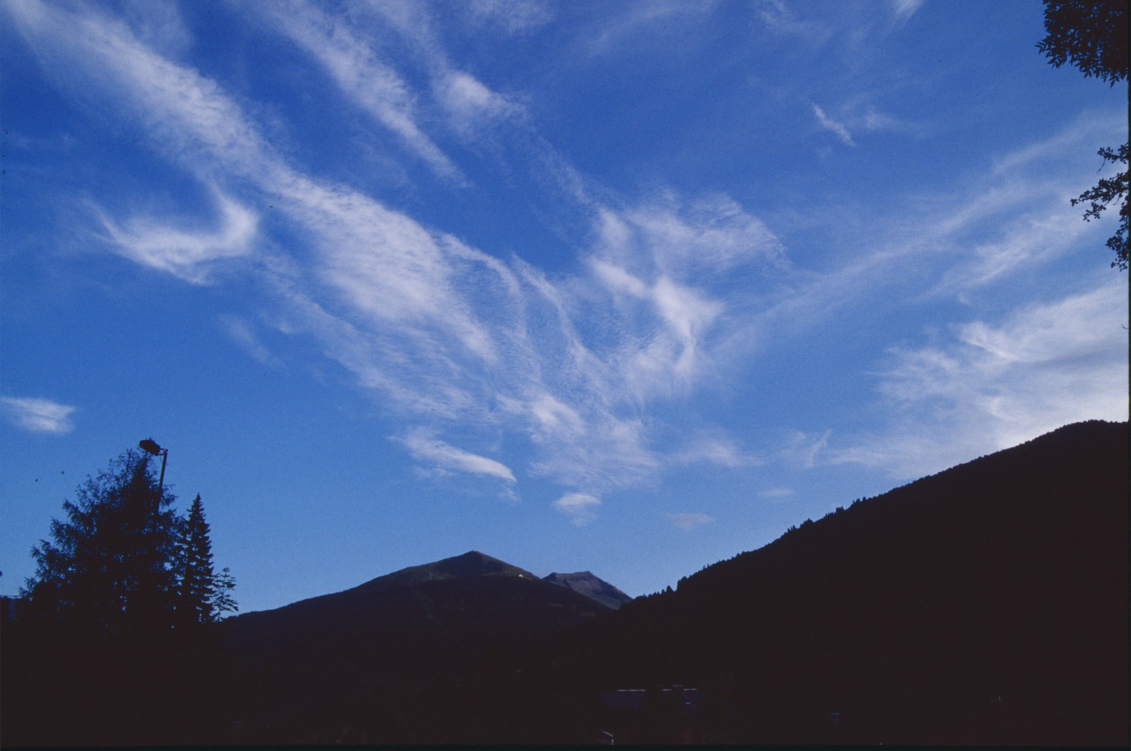 Ein Wolkendrache im Gebirge