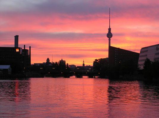 Ein wunderschöner Sonnenuntergang vom Wasser gesehen auf den Fernsehturm