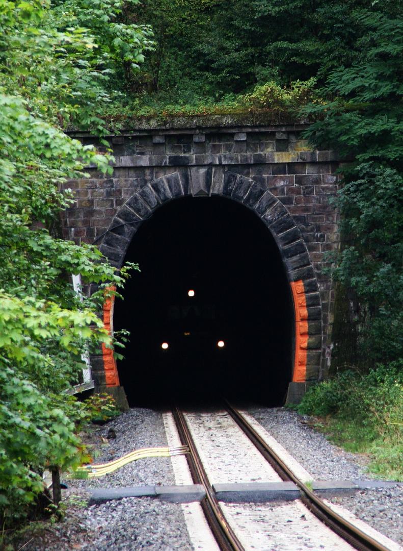 Ein Zug der STB fährt aus dem Tunnel