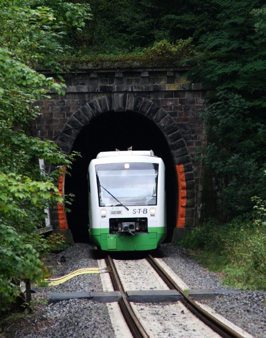 Ein Zug der STB fährt aus dem Tunnel weiter