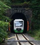 Ein Zug der STB fährt in den Tunnel