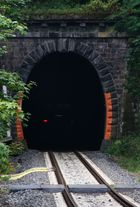 Ein Zug der STB fährt in den Tunnel weiter