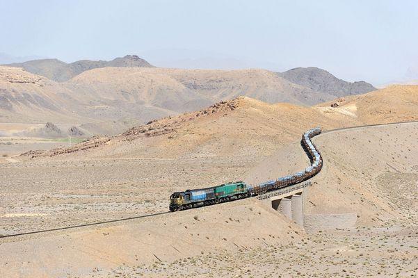 Ein Zug schlängelt sich durch Irans Steinwüsten
