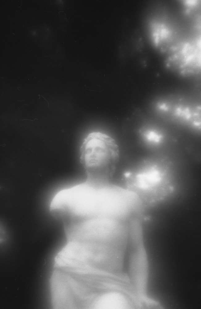 Einarmiges Dichterdenkmal mit einlinsigem Eigenbauobjektiv eingefangen