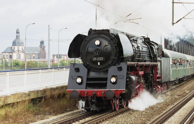 Eine 01 533 fährt von Mannheim nach Neustadt a. d. Weinstrasse.