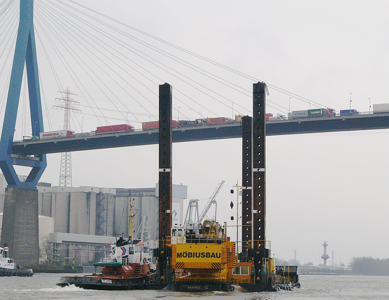 Eine Arbeitsplattform unterquert die Köhlbrandbrücke.