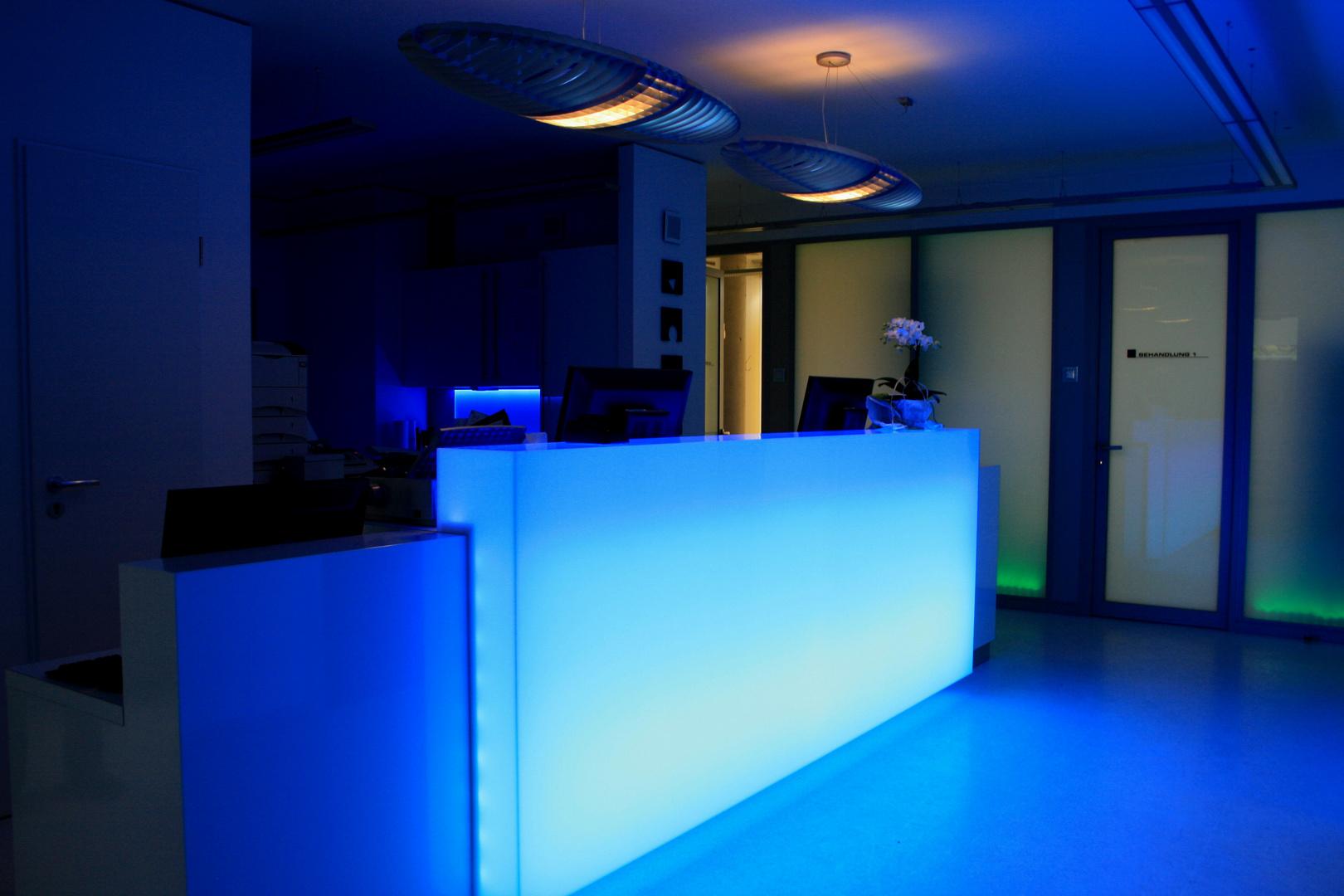 Eine Arztpraxis wird zum Lichtkunst - Objekt