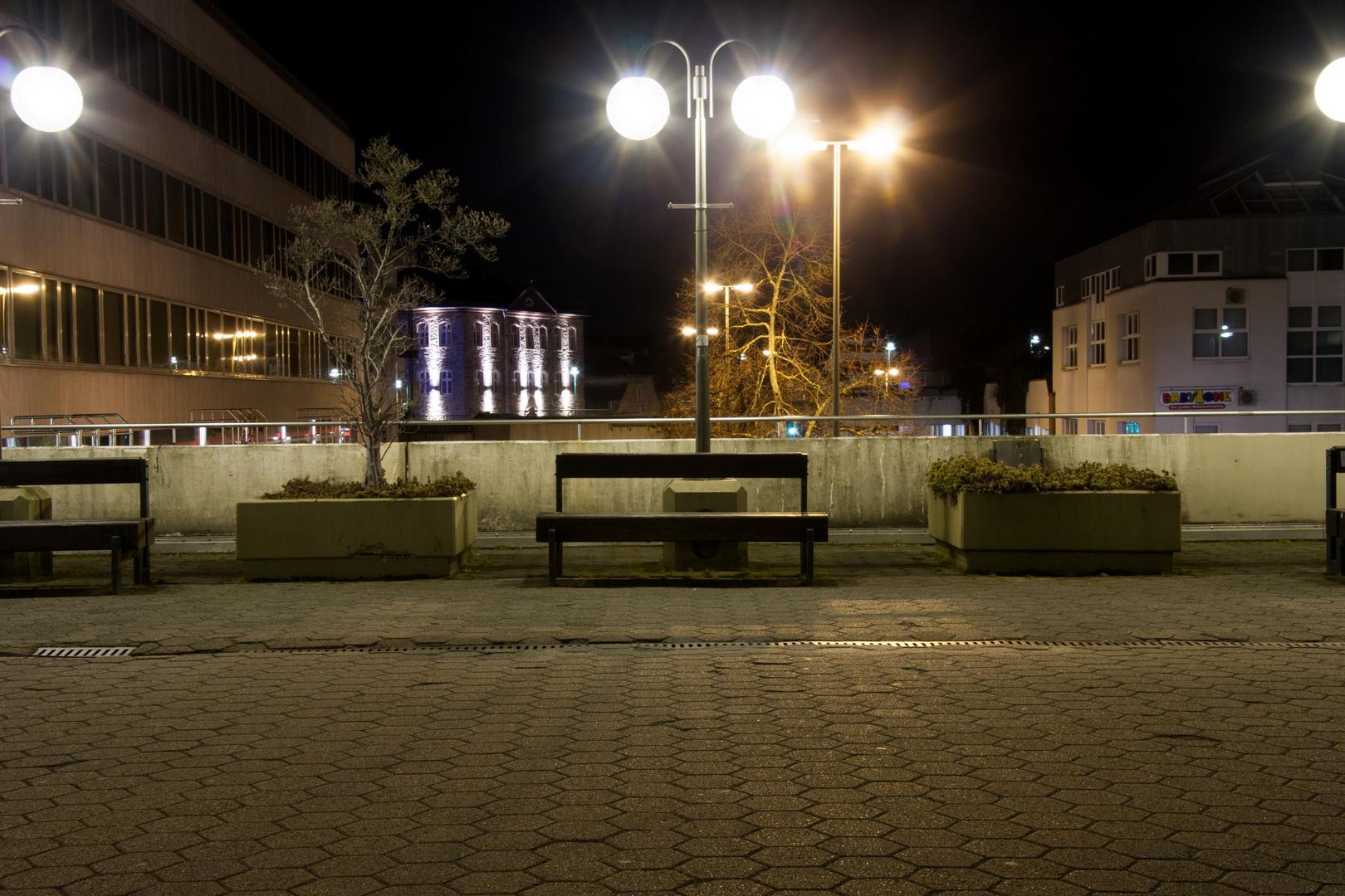 Eine Bank bei Nacht