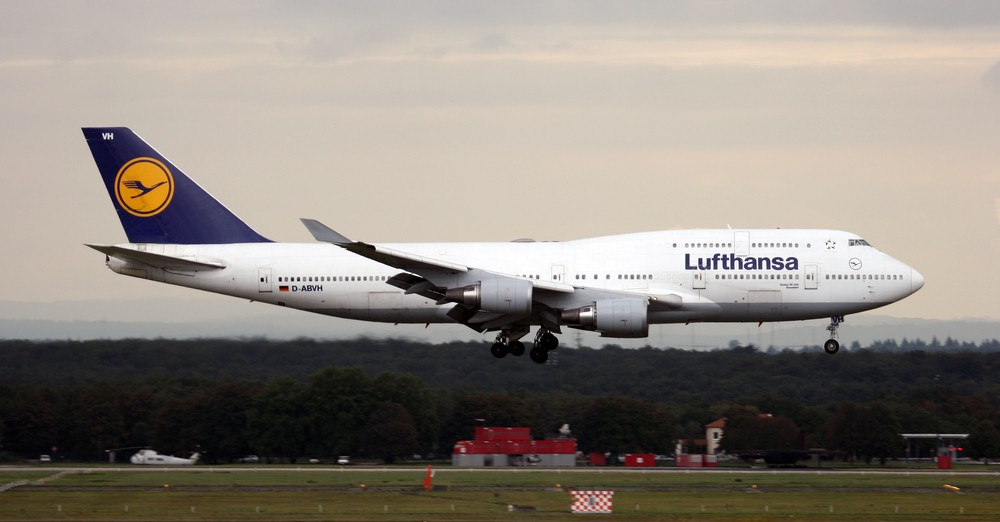 Eine Boeing 747-400 (Düsseldorf) beim Landeanflug auf Frankfurt