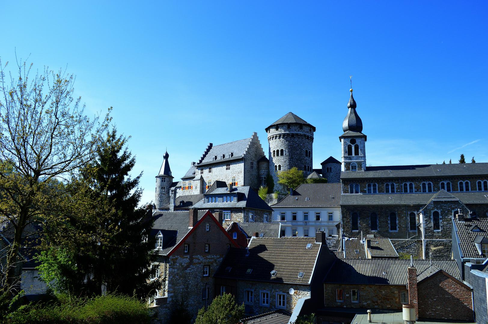 Eine Burg über den Dächern der Altstadt