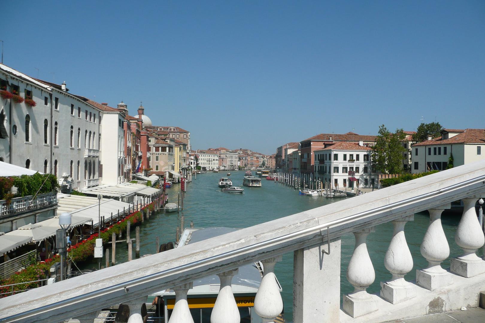 Eine der unzähligen Brücken von Venedig