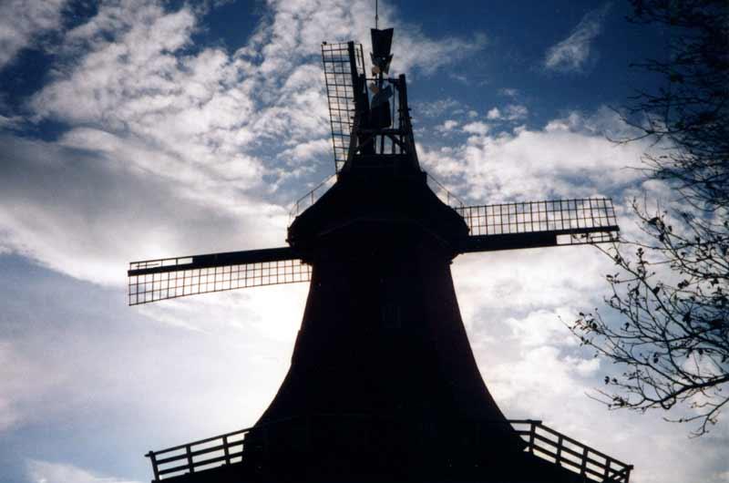 Eine der zwei Zwillingswindmühlen in Norddeutschland