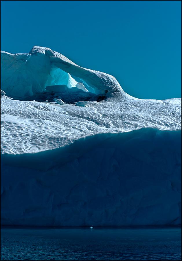 eine eishöhle im driftenden eisberg