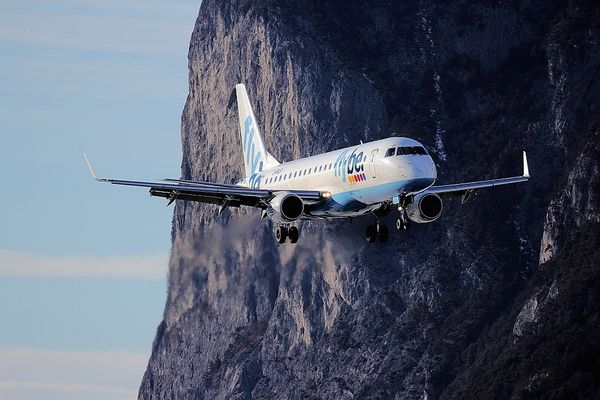 Eine Embraer 175 der Flybe -im Landeanflug auf die 08- in LOWI - Airport INN - Innsbruck