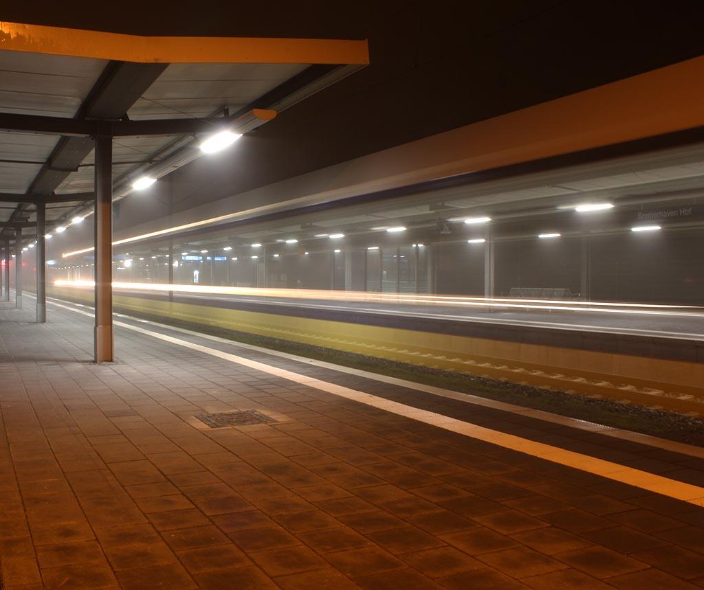 Eine EVB hat Ausfahrt in Richtung Bremervörde.