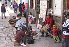 eine Familie morgens auf der Strasse ... in Peru