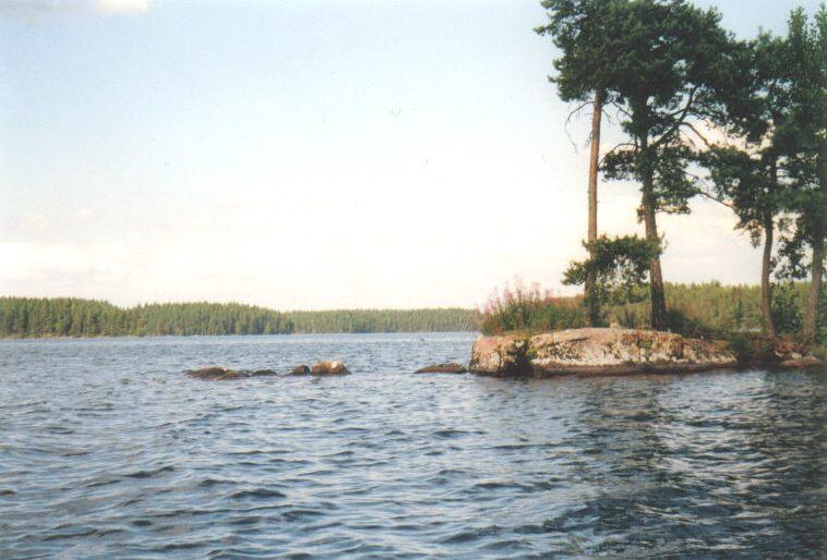 Eine Felsinsel mitten im See