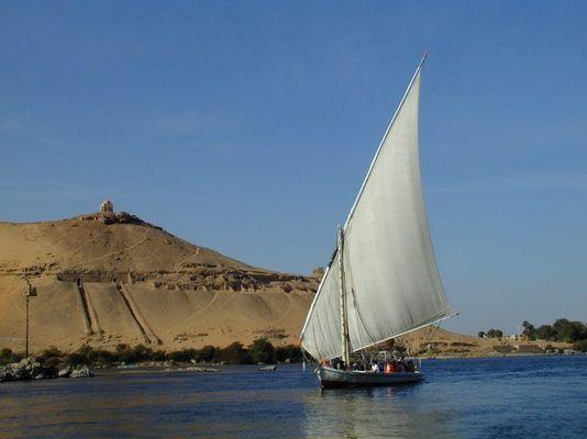 Eine Feluke auf dem Nil nahe der Stadt Assuan.