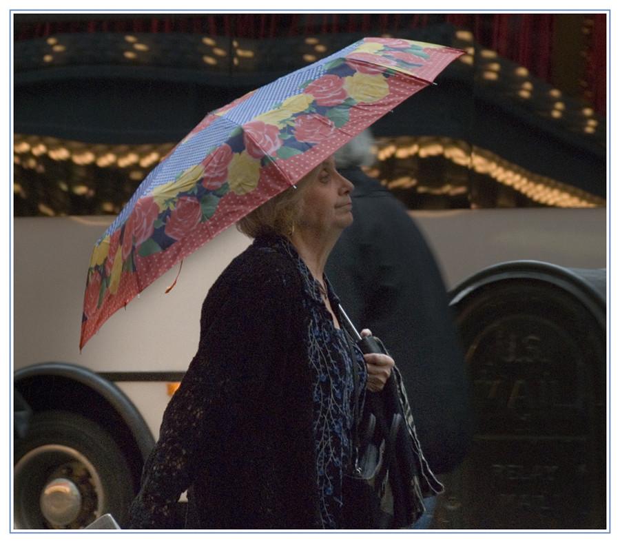 Eine Frau im Regen in New York