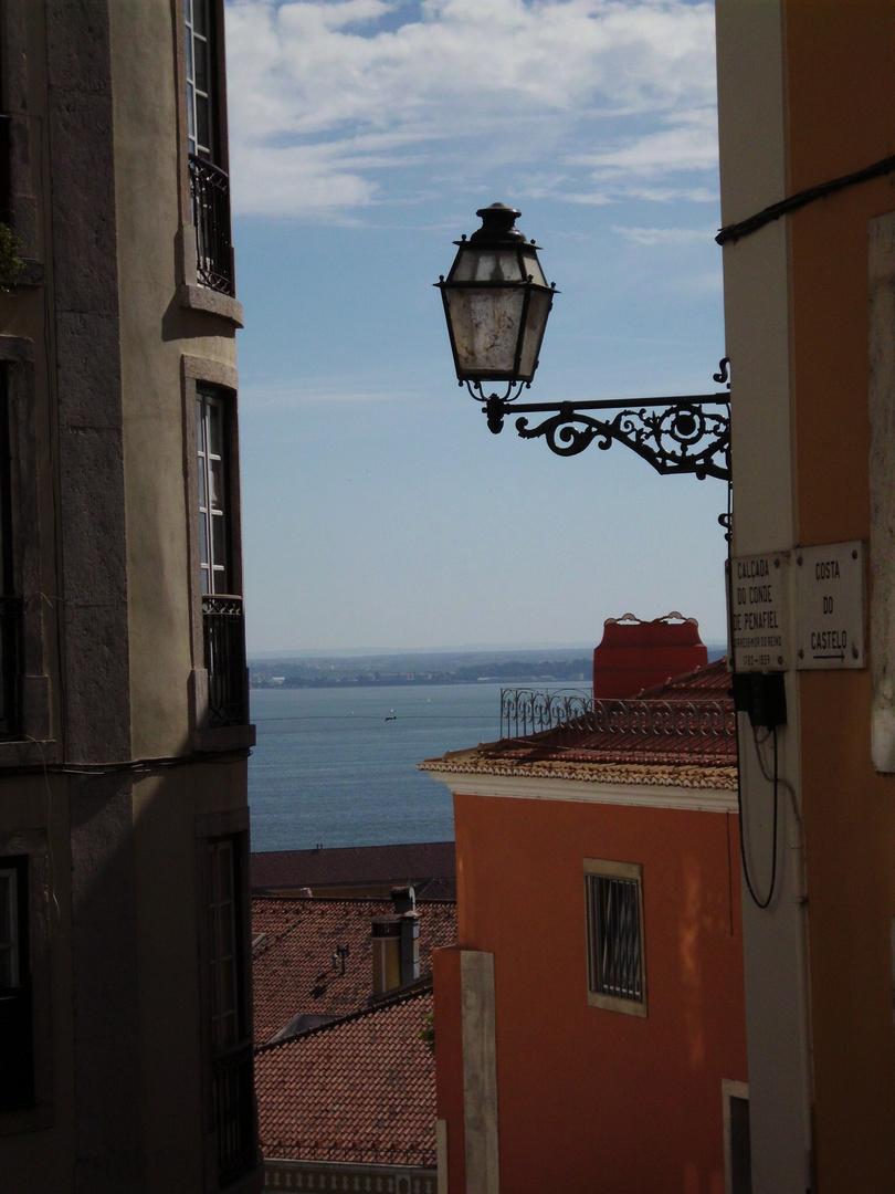 Eine Gasse in Lissabon
