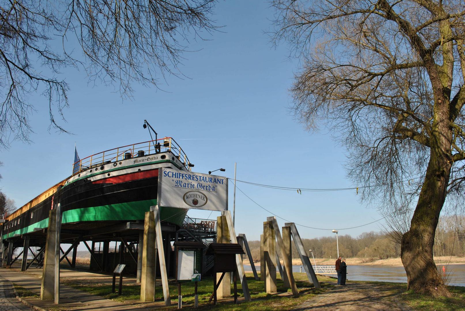 Eine Gaststätte an der Elbe