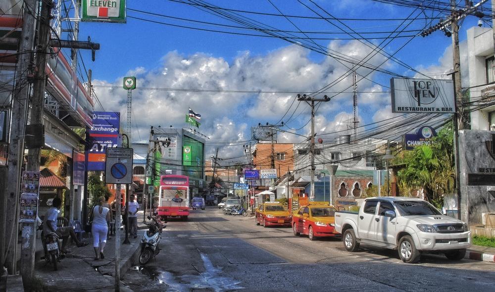 Eine Hauptstrasse auf Ko Samui