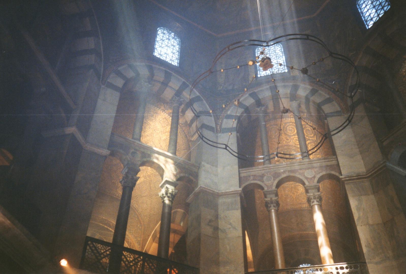 Eine Innenansicht des Dom von Aachen.