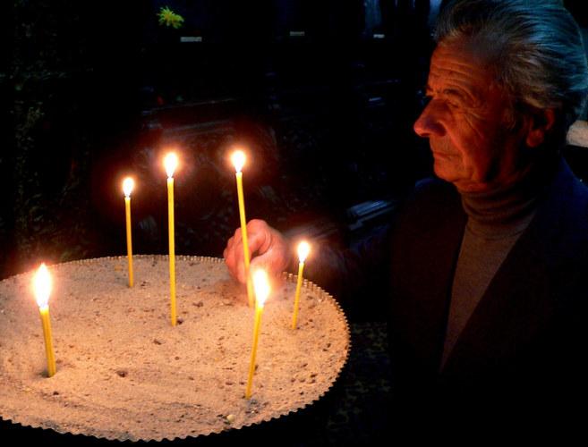Eine Kerze für die gestorbene Verwandten