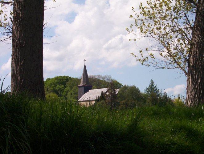 Eine Kirche in der Wiese