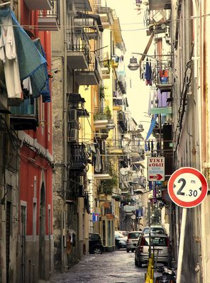 Eine kleine Gasse in Neapel