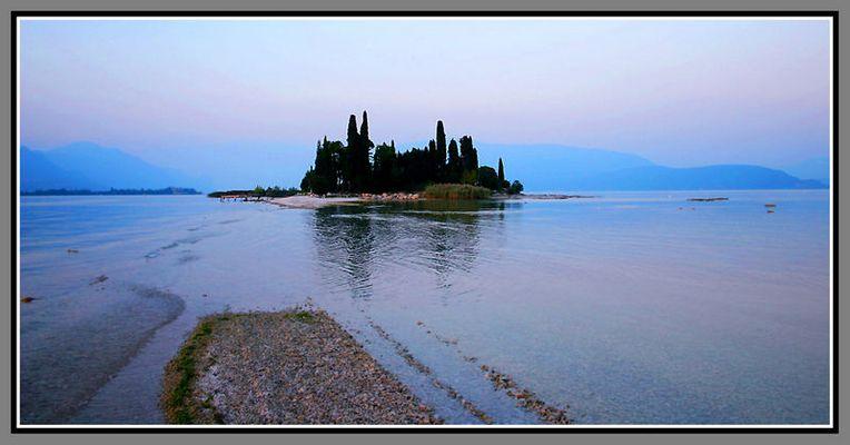 Eine kleine Insel mitten im Gardasee