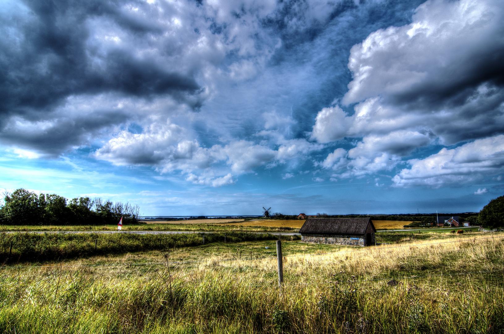 Eine kleine Mühle in der großen weiten Landschaft von Dänemark.