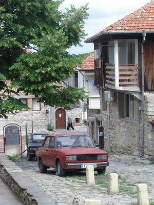 eine kleine straße in bulgarien